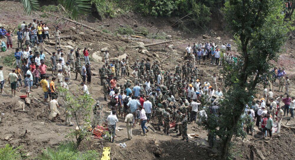 Soldados participam de resgate após deslizamento de terra na Índia