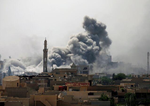 Consequências de ataques aéreos contra as posições de terroristas na cidade iraquiana