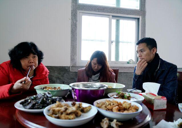 A mãe de Wang Quanming, sua falsa noiva Zhao Yuqing e o próprio Wang