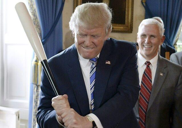 Presidente dos EUA, Donald Trump, se diverte com um bastão de beisebol durante evento na Casa Branca