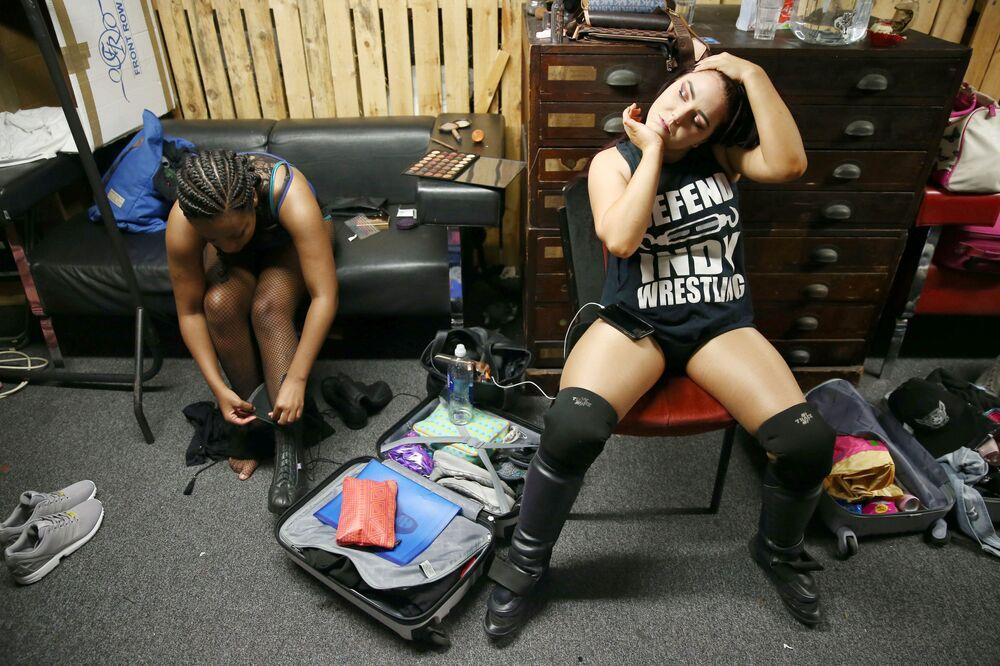 Participantes se preparando para combater no show de wrestling feminino em Londres