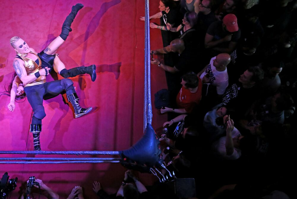Mulheres lutando durante um show de wrestling feminino em Londres, em 12 de agosto de 2017
