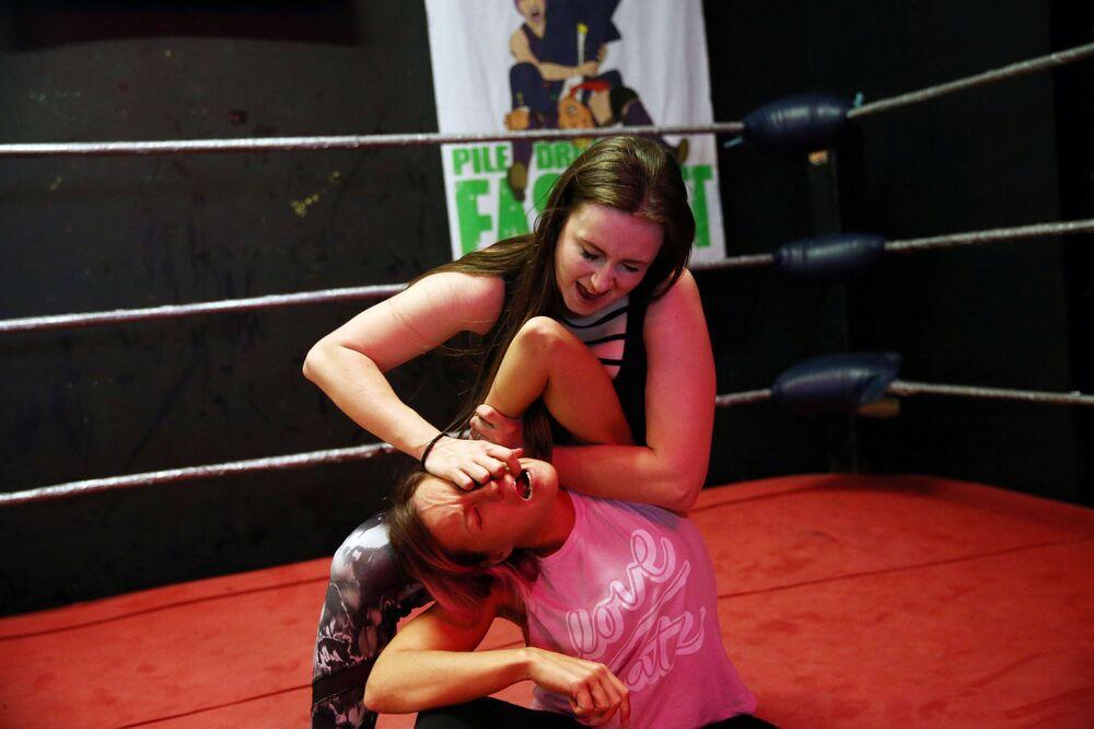 Mulheres treinando antes do show de wrestling feminino em Londres