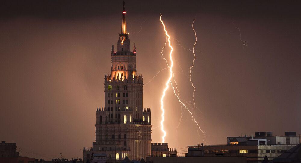 Relâmpago no céu sobre arranha-céu moscovita