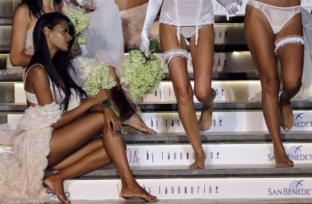 Modelos apresentam lingerie durante um desfile de moda no bairro Dbayeh da capital libanesa Beirute, em 18 de agosto de 2017