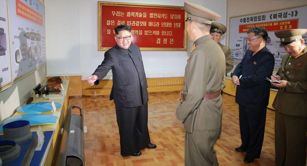 O líder norte-coreano Kim Jong-un observa o berço das ogivas norte-coreanas, o Instituto de Pesquisa em Materiais Químicos da Academia da Defesa Nacional