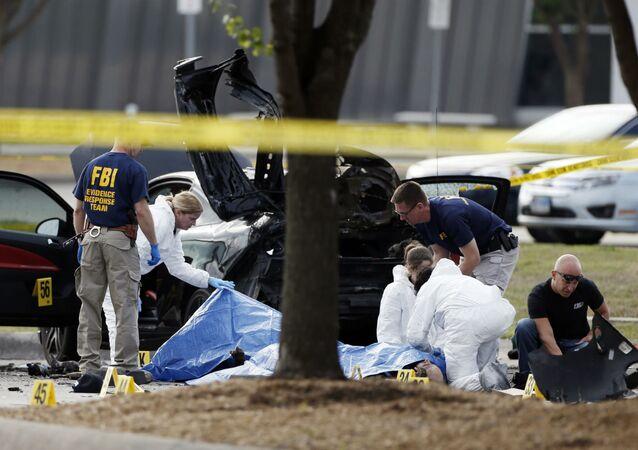 Policiais periciam local do ataque a um concurso de charges de Maomé, em Garland, no Texas.