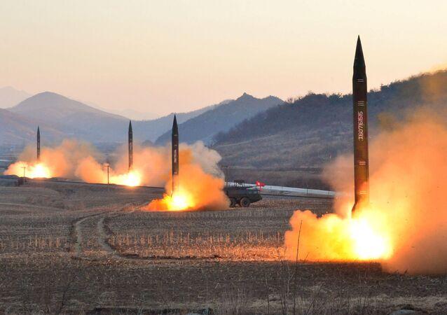 Lançamento de mísseis balísticos pela Coreia do Norte (foto de arquivo)