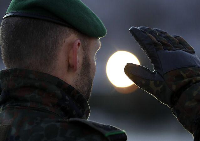 Soldado alemão na base aérea da Bundeswehr em Renania-Palatinado