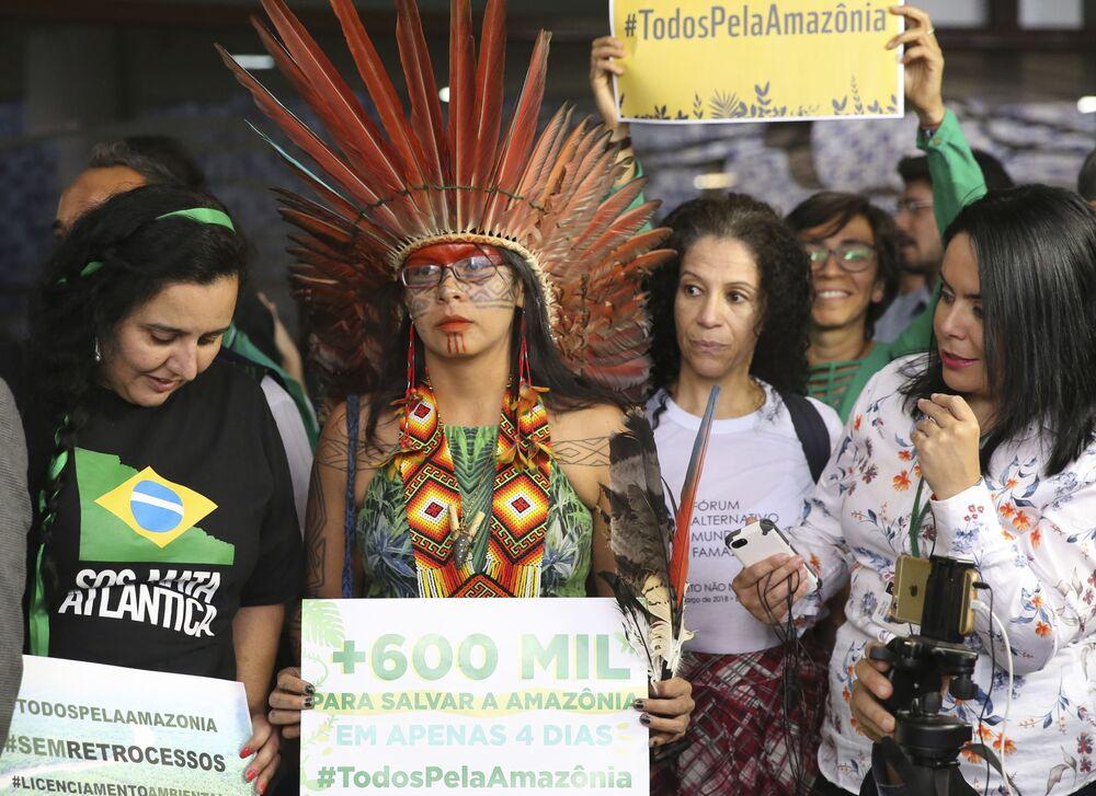 Representantes de movimentos de defesa socioambiental do país, do Ministério Público e um grupo de parlamentares da Frente Ambientalista realizam ato na Câmara dos Deputados em protesto ao decreto que extinguiu a Renca.