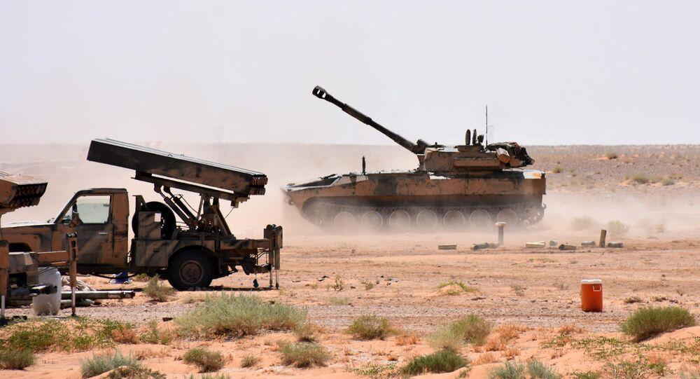 Artilharia do Exército sírio nos arredores de Deir ez-Zor, Síria