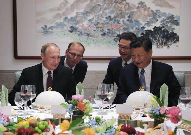 O presidente da Rússia, Vladimir Putin, e o presidente da China, Xi Jinping, durante almoço na cidade de Xiamen, em 3 de setembro de 2017
