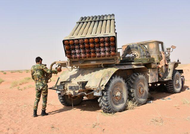 Um lançador múltiplo de mísseis Grad, pertencente ao Exército Árabe Sírio, é visto em Deir ez-Zor no início de setembro de 2017