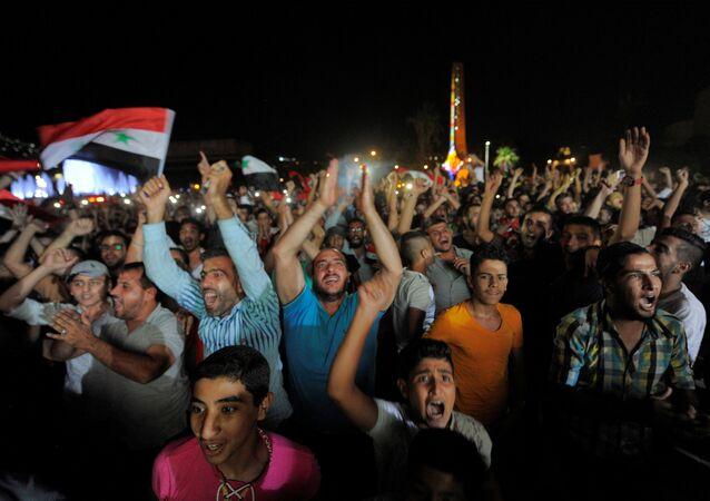 Torcedores sírios comemoraram muito o empate com o Irã, resultado que mantém a seleção síria viva na busca por uma vaga na Copa do Mundo de 2018, na Rússia