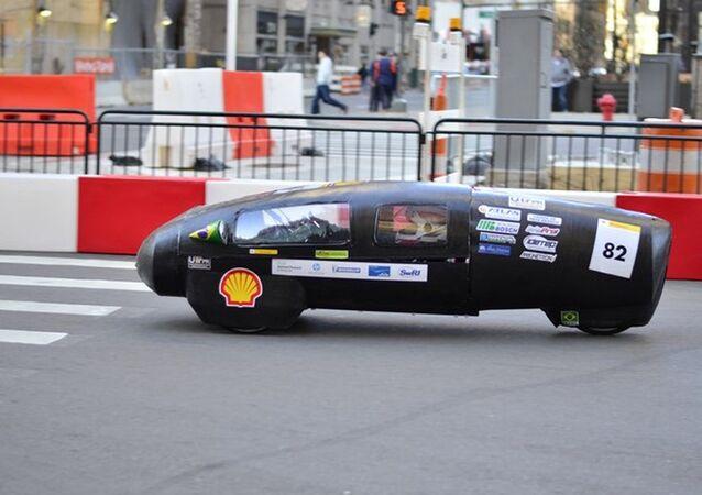 Um carro construído pelos estudantes brasileiros, capaz de ultrapassar 300 km de distância usando apenas um litro de etanol