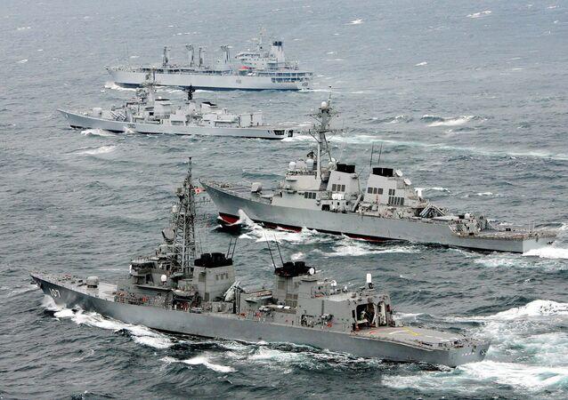 Navios de guerra do Japão, EUA e Índia durante os primeiros exercícios navais conjuntos no oceano Pacífico (foto de arquivo)