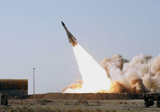 Lançamento de um S-200 feito pelo exército do Irã.