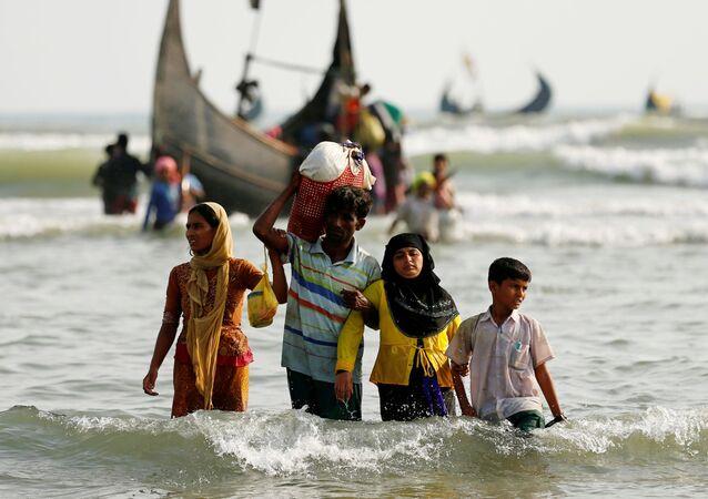 Refugiados Rohingya depois de cruzarem a fronteira entre o Bangladesh e Mianmar