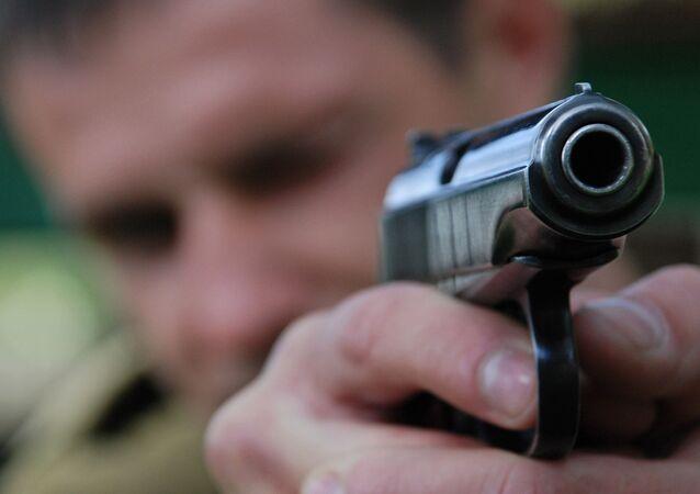 Homem com pistola, foto de arquivo