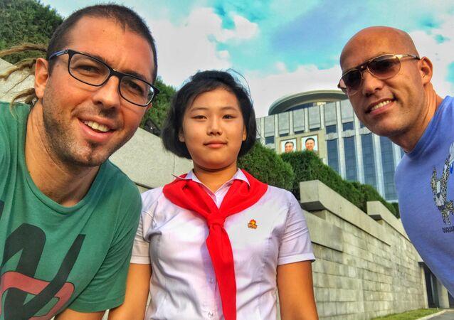 Filip Milosavljevic com seu companheiro de viagem e com uma jovem norte-coreana