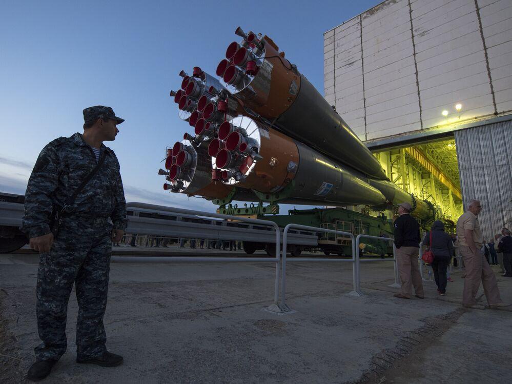 O foguete Soyuz é lançado de trem para a plataforma de lançamento no Cosmódromo de Baikonur, no Cazaquistão, no domingo, 10 de setembro de 2017