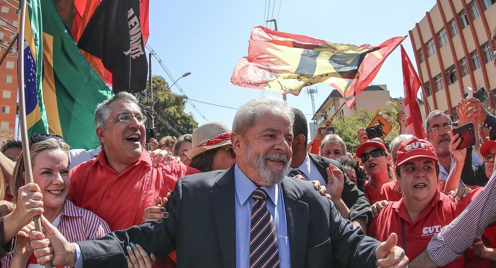 Lula é recebido pela militância do PT na chegada para depoimento ao juiz Sérgio Moro