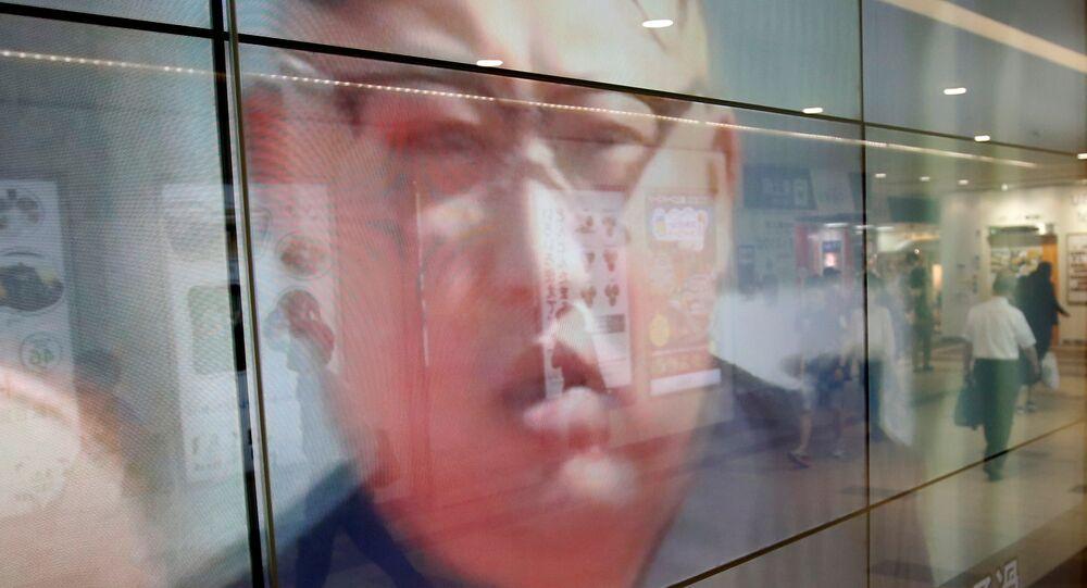Uma televisão instalada em uma rua de Tóquio mostra o líder da Coreia do Norte, Kim Jong-un, no dia em que Pyongyang lançou um míssil em direção ao Japão