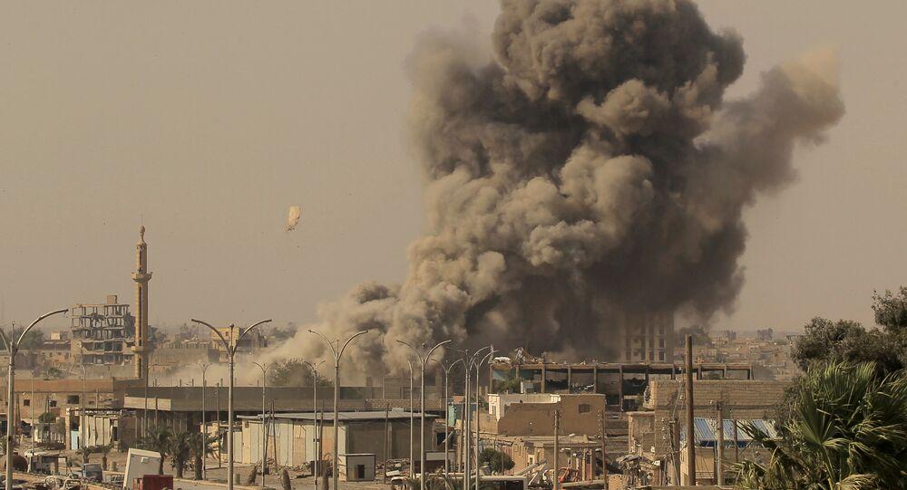 Fumo sobe após ataque aérea durante luta entre membros das Forças Democráticas Sírias e militantes do Estado Islâmico em Raqqa, Síria, 15 de agosto, 2017