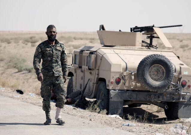 Militante das FDS perto de deir ez-Zor, foto de arquivo