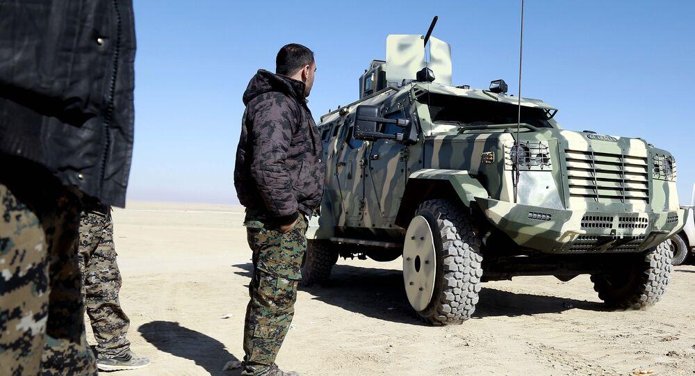 O combatante das Forças Democráticas Sírias examina o veículo fornecido pela coalizão dos EUA perto a nordeste de Raqqa (foto de arquivo)