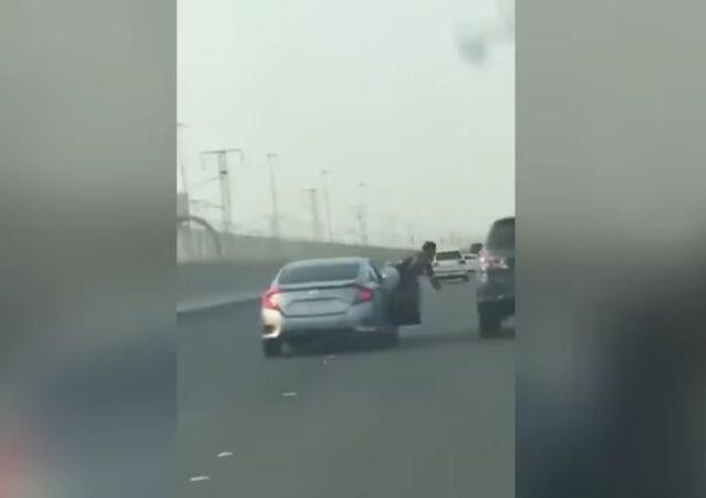 Passageiro tenta agredir motorista de outro carro e carma contra-ataca
