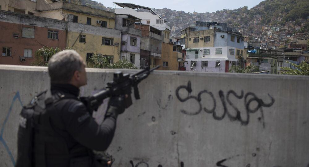 Um oficial da PM é visto durante tiroteio na Rocinha em 22 de setembro de 2017