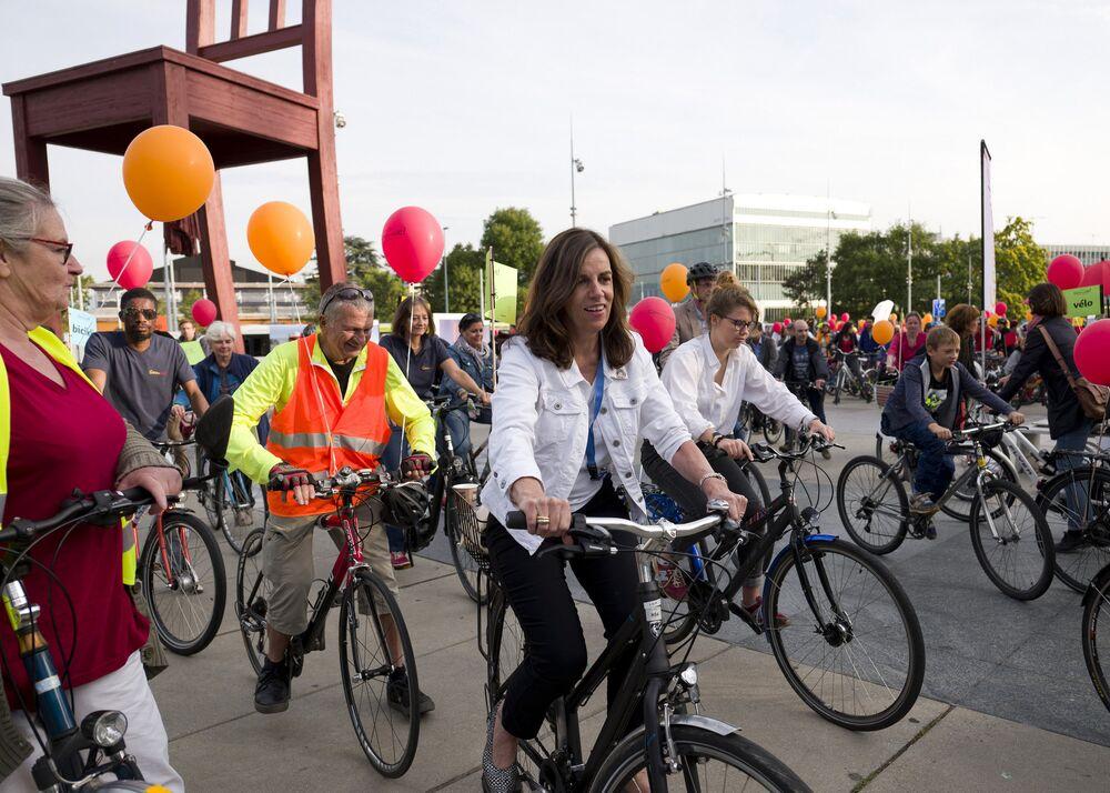 Aziyadé Poltier, representante da diretoria-geral do escritório da ONU em Genebra, em uma parada ciclística na frente do Palácio das Nações