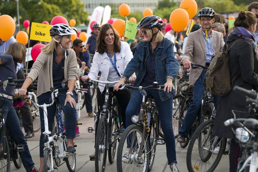 Aziyadé Poltier conversando com participantes da parada ciclística de Genebra