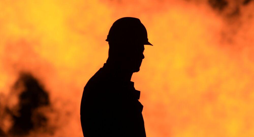 Trabalhador em refinaria de petróleo (imagem referencial)