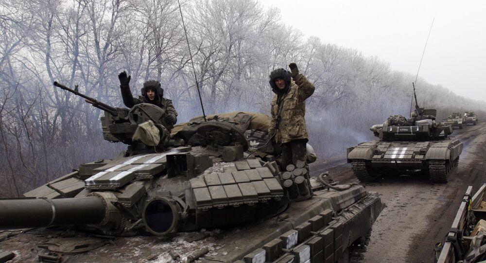 Tanques com militares ucranianos perto de Donetsk