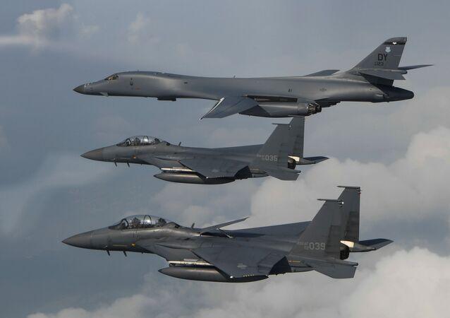 Bombardeiros B-1B Lancer dos EUA e caças F-15 da Coreia do Sul (foto de arquivo)