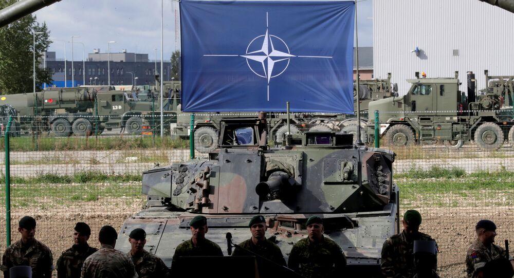 Soldados e bandeira da OTAN