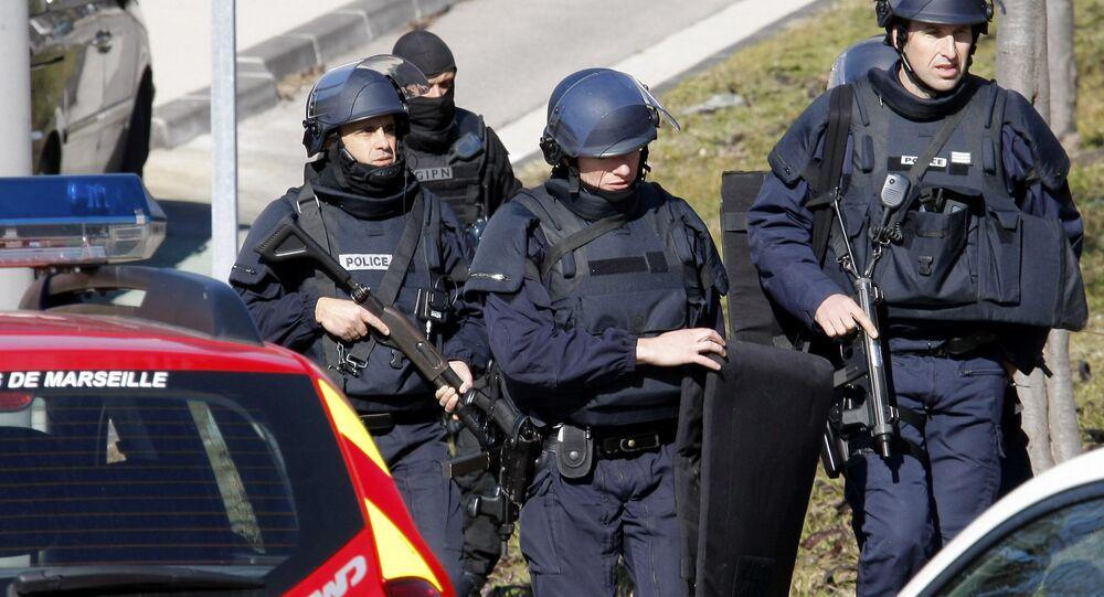 Agentes da polícia francesa na cidade de Marselha, onde um homem matou duas mulheres em um ataque com faca no último domingo, 1 de outubro