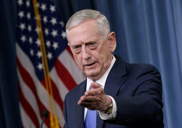 Ex-secretário de Defesa dos EUA, James Mattis, durante conferência de imprensa no Pentágono, Washington, 19 de maio de 2017