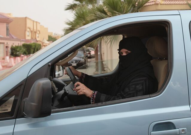 Mulher dirigindo carro em Riad, na Arábia Saudita, em março de 2014, desafiando legislação machista do país