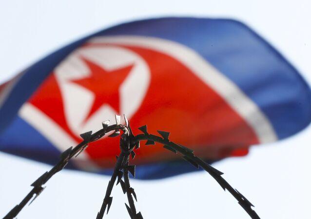 Bandeira da Coreia do Norte exposta na embaixada do país em Kuala Lumpur, na Malásia