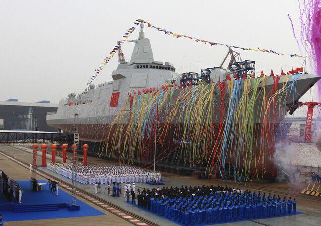 Novo destróier de produção chinesa da classe 055 durante cerimônia de inauguração, 28 de junho de 2017