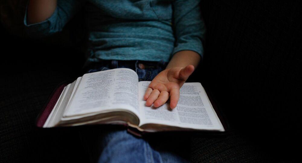 Criança com um livro