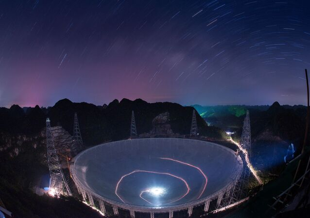 O radiotelescópio chinês FAST, o maior do mundo, está situado na região montanhosa da província de Guizhou