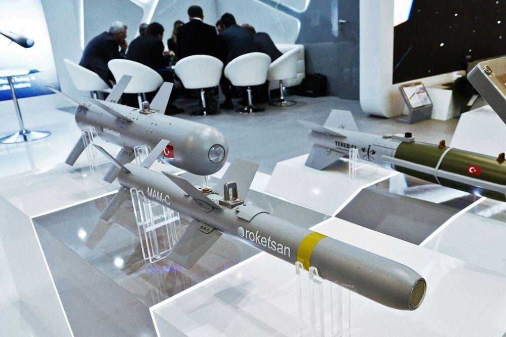 Maquetas de foguetes da empresa turca ROKETSAN apresentadas no marco da exposição Armas e Segurança 2017, na Ucrânia