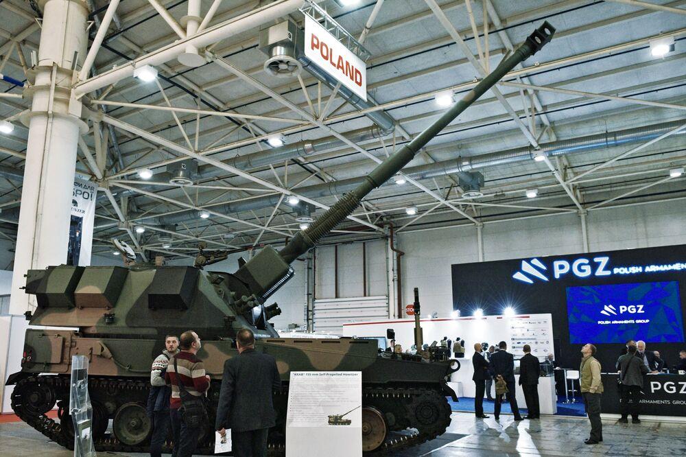 Visitantes examinam o obuseiro autopropulsado KRAB de 155 mm durante a mostra Armas e Segurança 2017 em Kiev