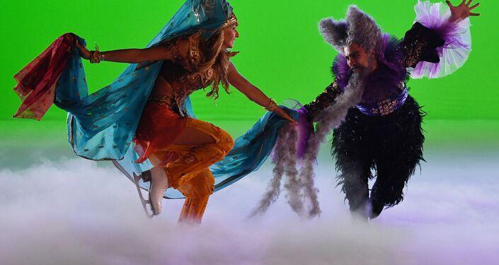 Tatiana Navka no papel de Ludmila e Ivan Righini (Bariev) no papel de Chernomor, o anão corcunda, em um ensaio do show musical sobre o gelo Ruslan e Ludmila