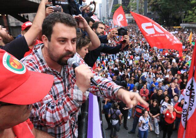 Guilherme Boulos, coordenador do MTST, durante protesto contra o governo Michel Temer em São Paulo
