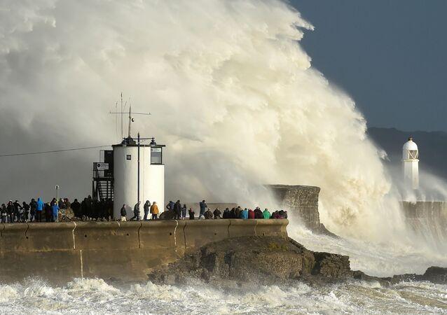 Ondas enormes, provocadas pelo furacão Ophelia, afetam costa britânica